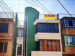 Un pequeño edificio con un letrero en la calle en Casa en venta en Bosa La Paz de 7 hab. con Bbq...