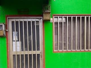 Una boca de incendios verde delante de una puerta verde en Casa en venta en Casco Urbano Zipaquirá con Gimnasio...