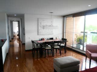 Una sala de estar llena de muebles y una mesa en SE VENDE APTO 132M2  COLINA CAMPESTRE BOGOTA