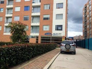 Un coche estacionado delante de un edificio en  VENDE APTO EL NORTE BOGOTA CONJUNTO.VIA DEL MAR