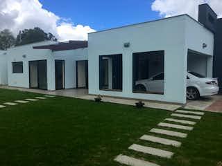 Un edificio blanco con un gran edificio blanco en SE VENDE CASA MODERNA  GUAYMARAL CUNDINAMARCA