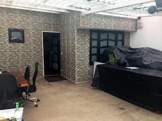 Una sala de estar con un sofá y una silla en Se Vende Casa En Alamos Remodelada Ganga Bogota