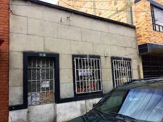 Un coche estacionado delante de un edificio en SE VENDE CASA BARRIO LA GRAN COLOMBIA