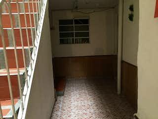 Un pasillo que conduce a una puerta en SE VENDE CASA EN SUR BOGOTA  BARRIO ACACIAS