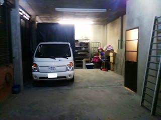 Un coche estacionado delante de un edificio en SE VENDE CASA 4 PISO BARRIO ESTANCIA SUR BOGOTA