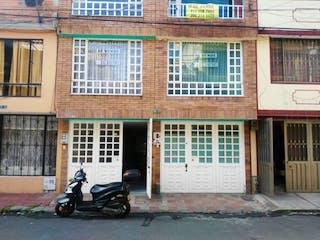 Una motocicleta estacionada delante de un edificio en SE VENDE CASA 1 ALAMOS SUR  BOGOTA CUNDINAMARCA