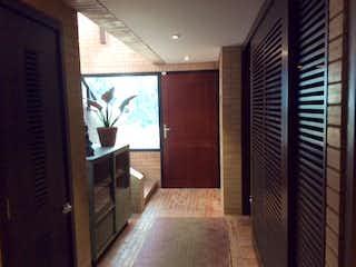 Un cuarto de baño con ducha y una ventana en VENTA CASA BOSQUE MEDINA- 3 alcobas