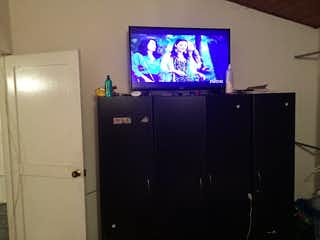 Un televisor que está sentado en un estrado en Apartamento en venta en Sabana De Tibabuyes de 59m² con Gimnasio...