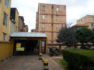 Un gran edificio con un reloj en el lado en Se Vende Apto Ganga Villa Sonia Engativa Bogota