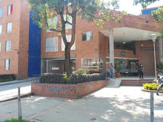 Un gran edificio de ladrillo con un gran jardín en Apartamento en venta en Barrio El Tintal de 3 habitaciones