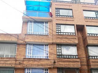 Un edificio con un reloj en la parte superior en Casa en venta en Favidi 36m²