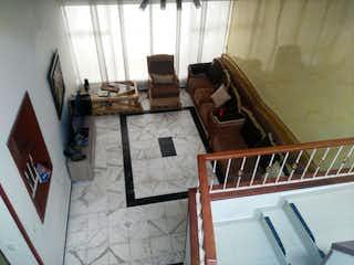 Una sala de estar llena de muebles y una ventana en Casa en venta en Modleia, 196mt