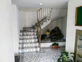 Una sala de estar llena de muebles y una planta en maceta en Apartamento en venta en Normandía Occidental de 4 habitaciones