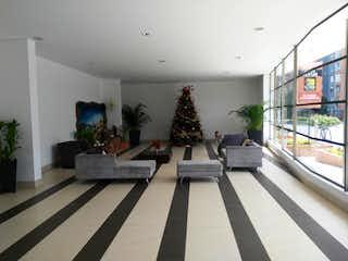 Una sala de estar llena de muebles y un árbol de navidad en Hermoso Apto En Santa Fe. Piso 18 Vista Hermosa.