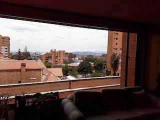 Una vista de una ciudad desde una ventana en Apartamento en venta en El Refugio, cuenta con parqueadero y excelente ubicación.