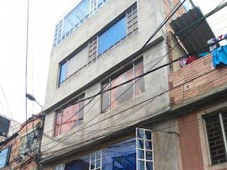 Un edificio con un reloj en el costado en Se Vende Casa De 5 Piso En Bosa Cundinamarca