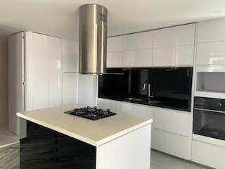 Una cocina con nevera y una estufa en Apartamento en venta Los Rosales