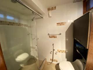 Un inodoro blanco sentado al lado de un lavabo de baño en Venta de casa en Cedro Golf