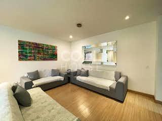 Una sala de estar llena de muebles y una televisión de pantalla plana en Apartamento en venta en Antiguo Country
