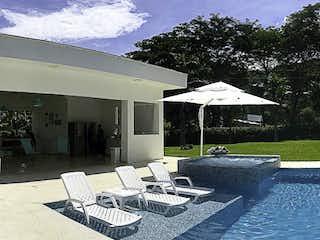 Una zona de patio con sillas y un paraguas en Finca en  Parcelación Palmar del Cauca, Sopetrán