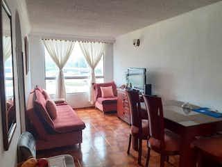 Una sala de estar llena de muebles y una gran ventana en Quintas del Portal I