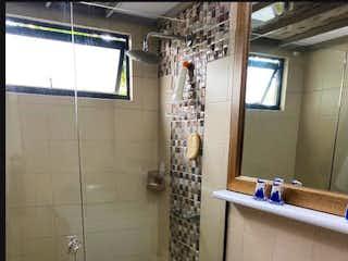 Un cuarto de baño con un inodoro y una ducha en Venta de Apartamento en El Poblado, Medellín