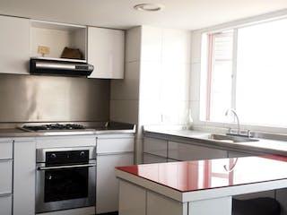 Una cocina con un fregadero y una estufa en Venta  Apartamento Batán Alhambra