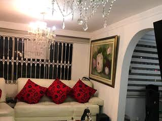 Una sala de estar llena de muebles y una gran ventana en Apartamento en venta en Ciudad Salitre Oriental de 2 alcobas