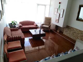 Una sala de estar llena de muebles y un suelo de madera en Venta/ Arriendo de Casa en Cedritos-Usaquén, Bogotá
