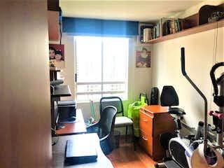 Una sala de estar llena de muebles y una ventana en Parque Central Colina 2
