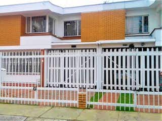 Un edificio con una cerca y un edificio en el fondo en Venta de Casa en Bulevar las Villas