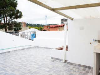 Un cuarto de baño con lavabo y bañera en Venta de Casa en San Cipriano norte, Usaquén, Bogotá