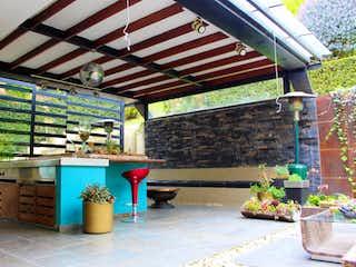 Una zona de patio con una mesa y sillas en Casa en venta en Aposentos con Bbq...