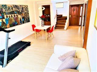 Una sala de estar llena de muebles y un suelo de madera en Venta de Apartamento Dúplex en Santa Bárbara, Bogotá