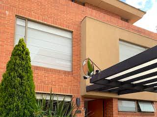 Un coche estacionado delante de una casa en Casa en venta en La Conejera con Jardín...