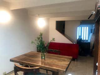 Una sala de estar llena de muebles y una televisión de pantalla plana en Venta de Casa en Gilmar, Colina Campestre, Bogotá