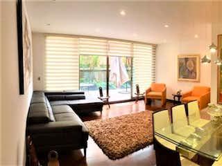 Una sala de estar llena de muebles y una ventana en Apartamento en venta en El Retiro de 2 alcobas