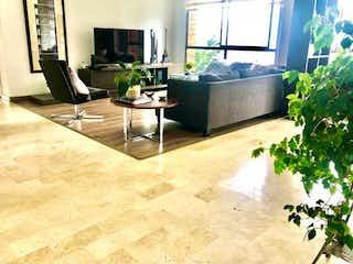 Una sala de estar llena de muebles y una planta en maceta en Venta de apartamento poblado sector San Michell