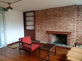 Una sala de estar llena de muebles y una chimenea en Casa En Venta En Bogota Palermo-Teusaquillo