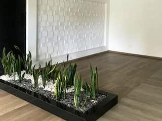 Una sala de estar llena de muebles y una planta en maceta en Venta de apartamento en Bosque Izquierdo