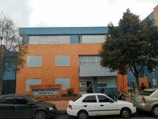 Un coche estacionado delante de un edificio en Apartamento En Venta En Bogota Tintal