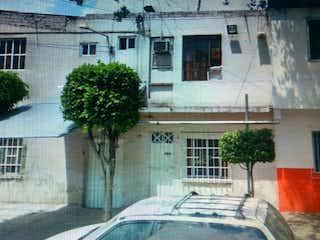 Un coche estacionado delante de una casa en Casa en venta en Pro Hogar 370m² con Jardín...