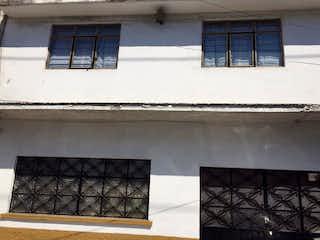 Un par de ventanas que están en una pared en FELIPE ÁNGELES, OPORTUNIDAD! CASA EN VENTA CON GRAN POTENCIAL DE AMPLIACIÓN