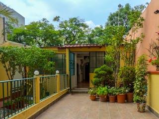 Una zona de jardín con un banco y plantas en BONITA CASA EN COLORADO NAPOLES