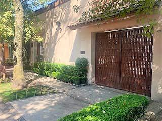 Un callejón estrecho con un edificio y un árbol en VENTA CASA EN MUY BUENA CALLE SAN ÁNGEL