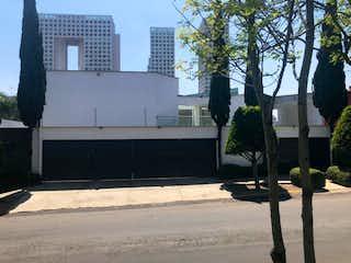 Una esquina con una señal de calle y un edificio en Casa en Venta en Bosques de las Lomas,  Ubicación estratégica,  Gran Vista