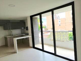 Un cuarto de baño con una puerta de cristal y una ventana en Apartamento En Venta En Medellin Belen Malibú con 3 habitaciones.