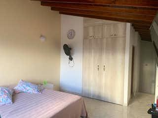 Un dormitorio con una cama y una cómoda en Apartamento venta Itagui, Antioquia