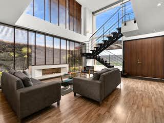 Una sala de estar llena de muebles y suelos de madera en Casa En Venta En Cajica La Palma