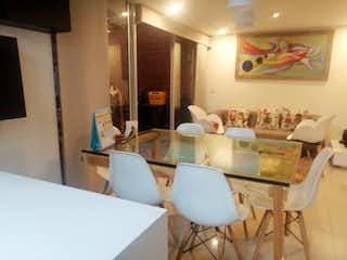 Una sala de estar llena de muebles y una mesa en VENTA CASA UNIFAMILIAR - MAR DE PLATA LA ESTRELLA